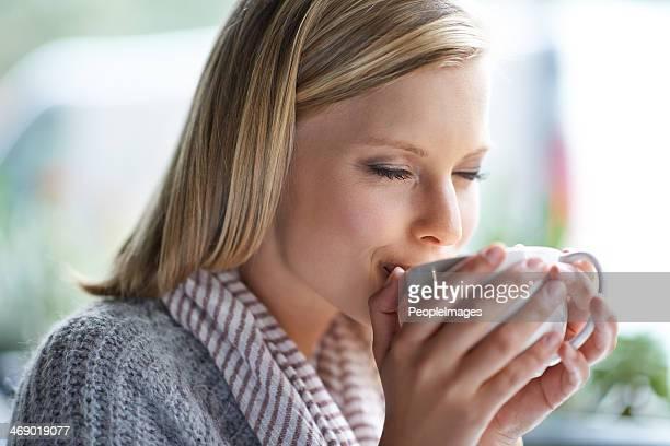 Sorseggiando una tazza di caffè caldo