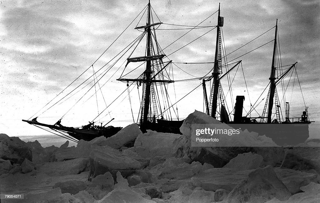 """Sir Ernest Shackleton, (1974-1922), Irish Explorer. Pictured is his ship the """"Endurance"""", ice-bound in Antarctica durig the expedition. : Foto jornalística"""
