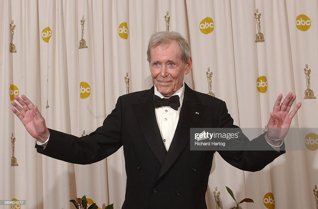 Sir Peter O'Toole appears backstage without his Oscar after receiving the Academy Award's Honorary A : News Photo