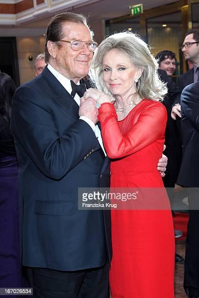 """Sir Roger Moore Und Ehefrau Lady Kristina Tholstrup Bei Der 20. Verleihung """"Diva - Deutscher Entertainment Preis"""" Im Hotel Bayerischer Hof In München..."""