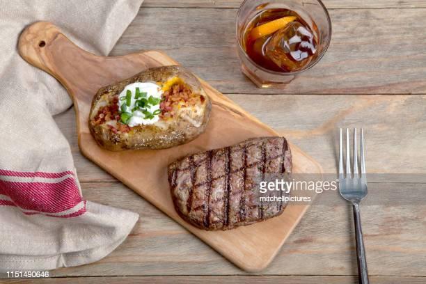 bistecca di controfiletto e patate - bourbon whisky foto e immagini stock
