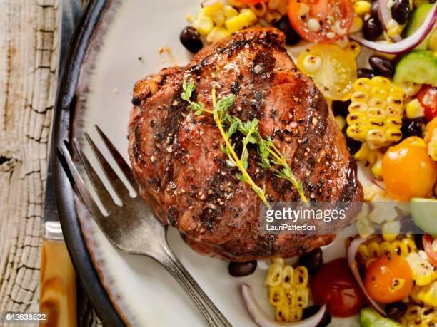 サーロインの焼きトウモロコシと豆のサラダ