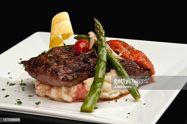 サーロインステーキ、アスパラガス、マッシュポテト - コース料理 ストックフォトと画像