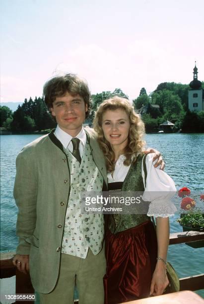 Sissy Hofer - hier mit Georg Brandner - hat mit der Eröffnung des Wildparks alle Hände voll zu tun. Ein charmanter Gast, Graf Moritz von Altenberg,...