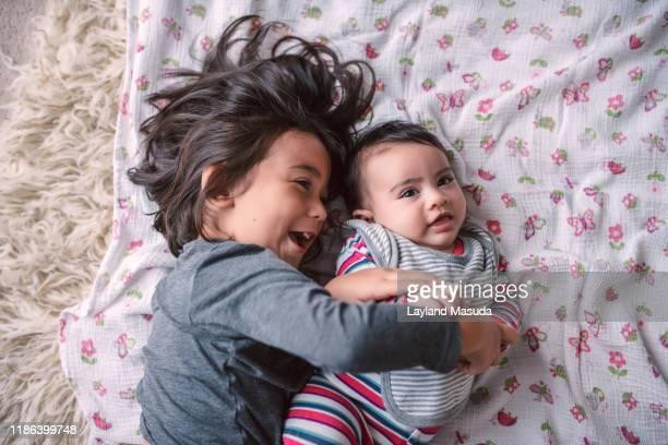 sister fun with 2 little girls - irmã - fotografias e filmes do acervo