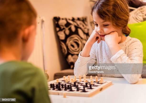 Jugando al ajedrez con hermano hermana