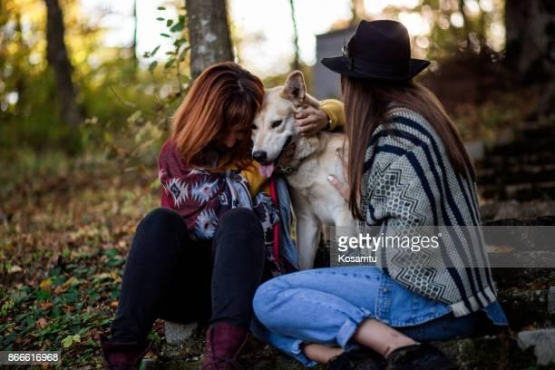 Schwesterliche Liebe und Liebe für ihr Haustier