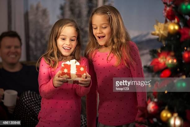 sisters aufgeregt zu öffnen weihnachten präsentiert.  baum, fenster im hintergrund. - open source stock-fotos und bilder