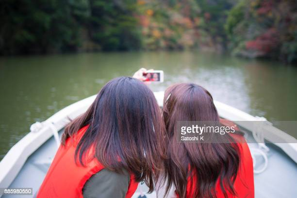 Zusters omhoog op rivier