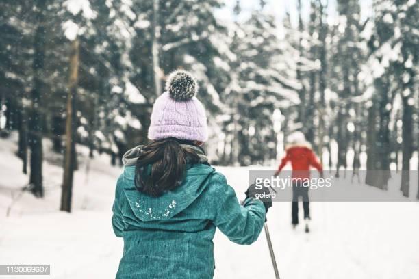 クロスカントリー スキーで雪に覆われた冬の風景の姉妹 - クロスカントリースキー ストックフォトと画像