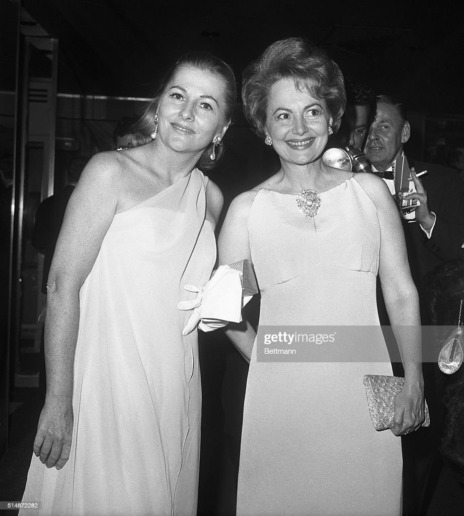 Sisters Joan Fontaine and Olivia DeHavilland : News Photo