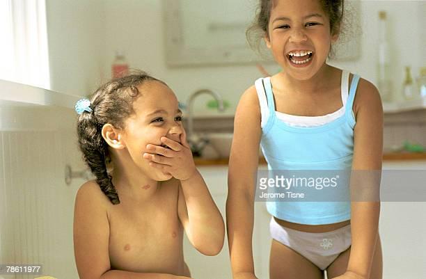 sisters laughing - petite fille culotte photos et images de collection