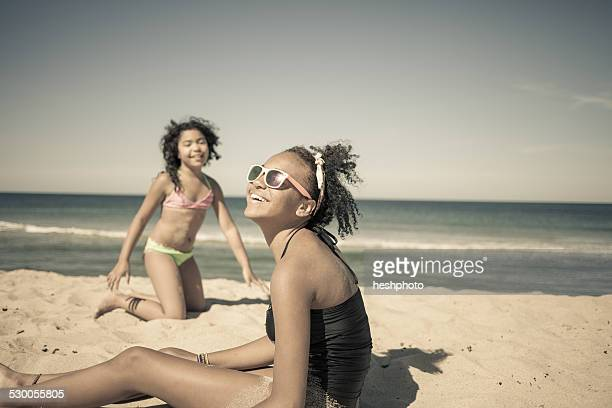 sisters playing on beach, truro, massachusetts, cape cod, usa - heshphoto fotografías e imágenes de stock