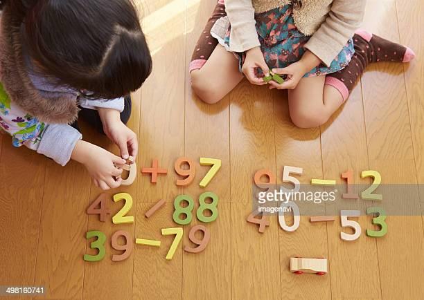 sisters playing with number blocks, saitama, japan - signo de más fotografías e imágenes de stock
