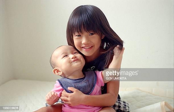 a sister's portrait - 兄弟 ストックフォトと画像