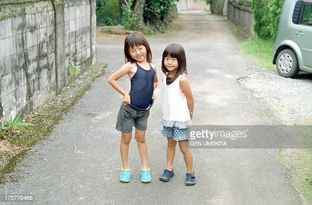 sisters portrait - alleen japans stockfoto's en -beelden