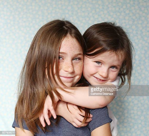 2 sisters posing together - nur kinder stock-fotos und bilder