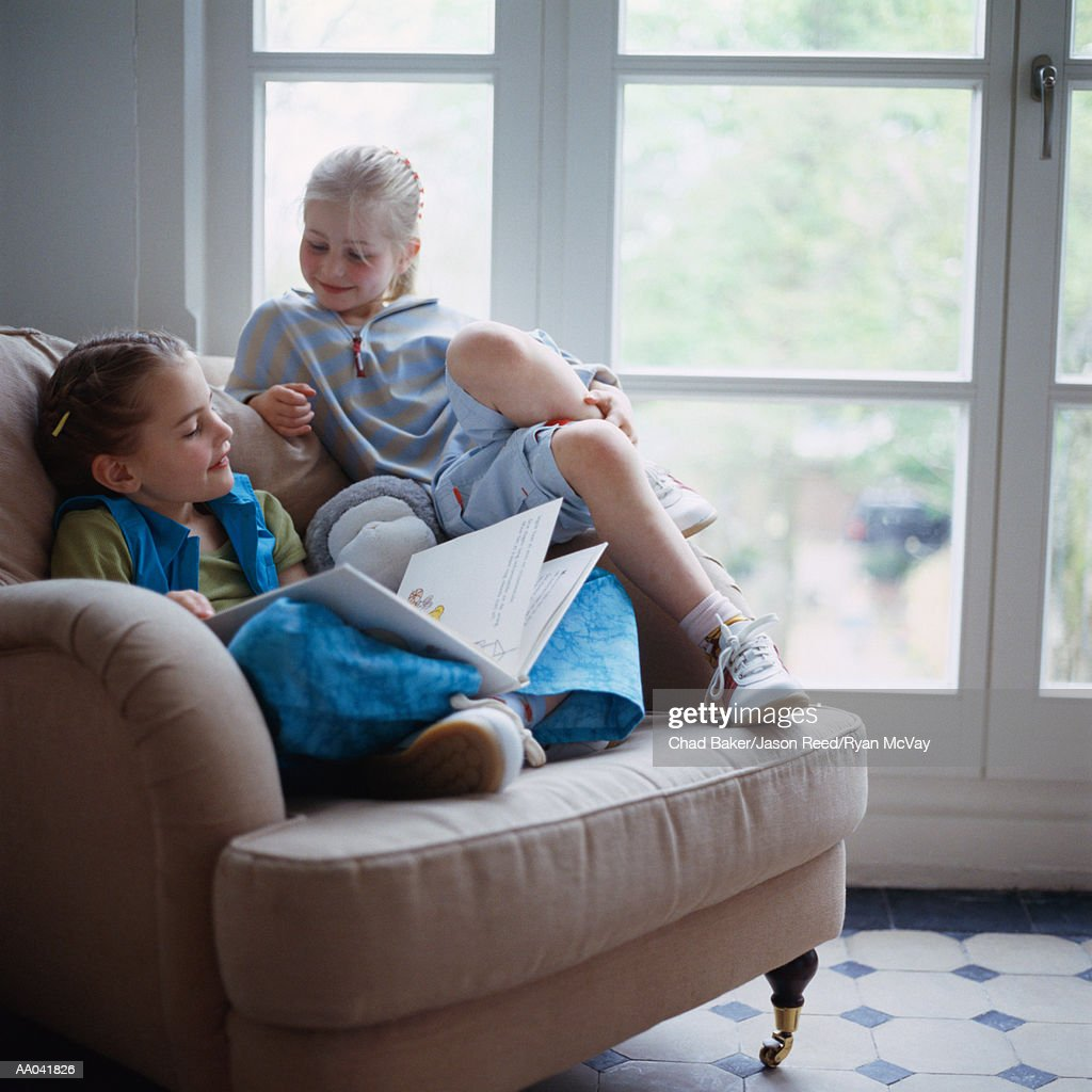 Sisters Reading Together : Stockfoto