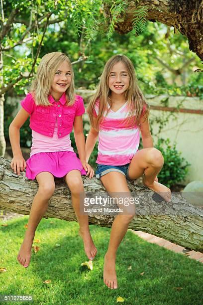 sisters tree climb - girls with short skirts - fotografias e filmes do acervo