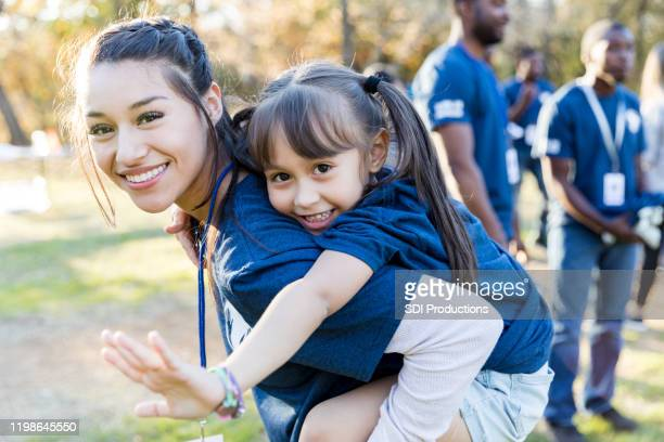 sisters volunteering together - community outreach stock pictures, royalty-free photos & images