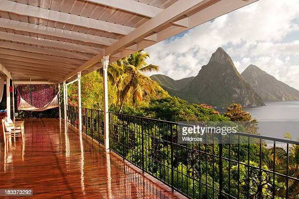 siéntese en una hamaca con camas gemelas y disfrute de la vista de piton - paisajes de santa lucia fotografías e imágenes de stock