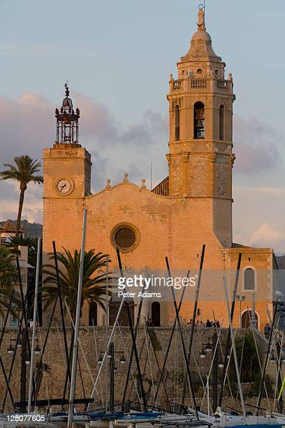 sitges parish church, catalonia, spain - peter adams stock pictures, royalty-free photos & images