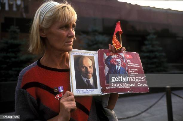 Sit-in of the Russian Communists, in front of the mausoleum on the Red Square in Moscow, which houses the remains of Lenin, against the hypothesis of...