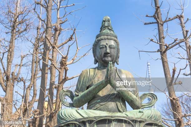 東京スカイツリーを背景に座っている仏像、浅草寺、浅草、東京、日本 - philosopher ストックフォトと画像