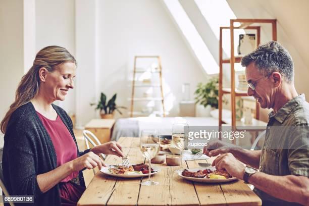 お食事に一緒に座ってください。