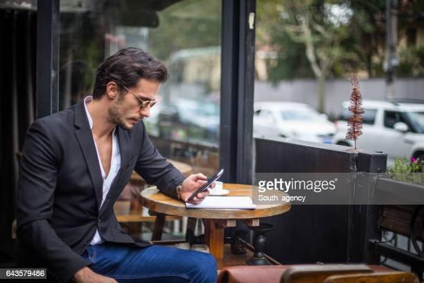 Sentado en la cafetería al aire libre