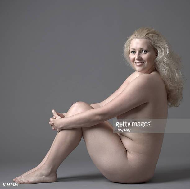 sitting nude - mujer rubia desnuda fotografías e imágenes de stock