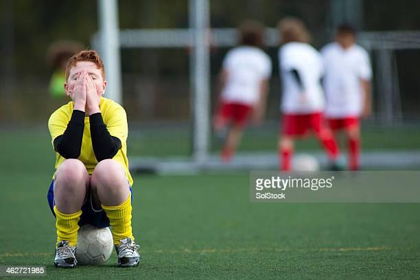 sentado en una pelota de fútbol - club de fútbol fotografías e imágenes de stock
