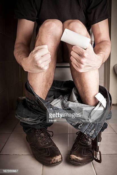 Sitzt im Badezimmer