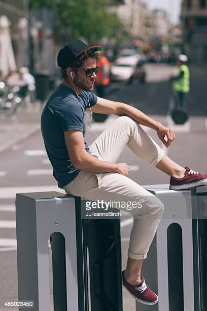 Sitzt auf Fahrrad-bank in der Stadt