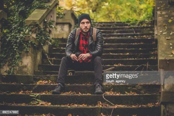 Sitzt auf der Treppe