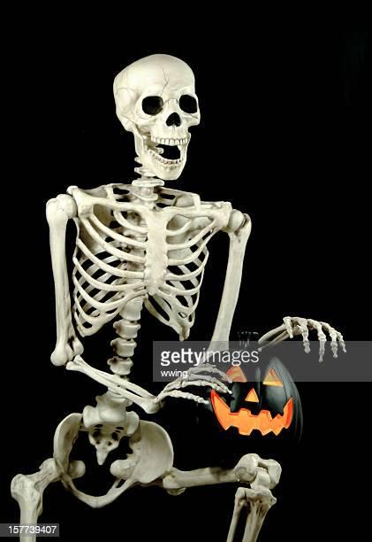 Sentado com um esqueleto preto Jack-o-Lantern com luz, 5