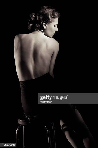 seduta donna - donna schiena nuda foto e immagini stock