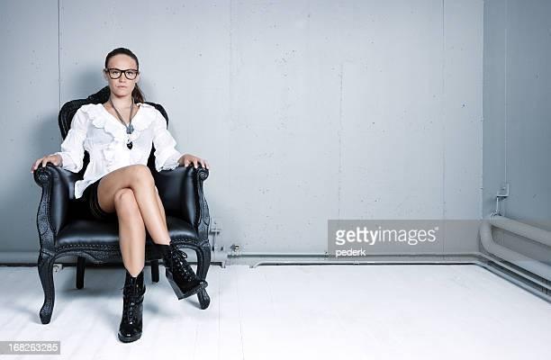 seduta donna - gambe accavallate foto e immagini stock