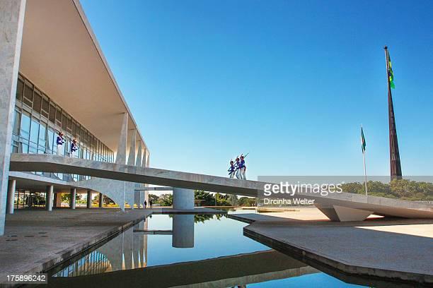 Situado na Praça dos Três Poderes, o Palácio do Planalto abriga a sede do Poder Executivo Federal e o gabinete da Presidente da República. O...