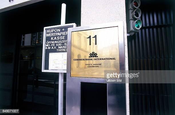 Sitz der Commerzbank in Luxemburg Logound Hinweis auf Öffnungszeiten derWertpapierkasse 1996