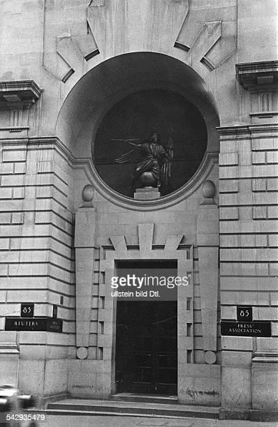 Sitz der Nachrichtenagentur Reuters London Fleet Street Eingangsbereich mit Herold Statue Aussenansicht 1940