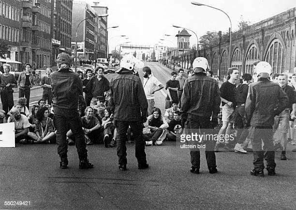 Sitzblockade - Protest gegen die Freigabe der Berliner Oberbaumbrücke für den Autoverkehr zwischen den Stadtteilen Friedrichshain und Kreuzberg