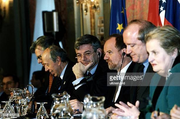 Sitzung der Kontaktgruppe zur Beilegung des Kosovo-Konflikts in Paris am : Die Aussenminister v.l.: Knut Vollebaeck , Lamberto Dini , Joschka Fischer...
