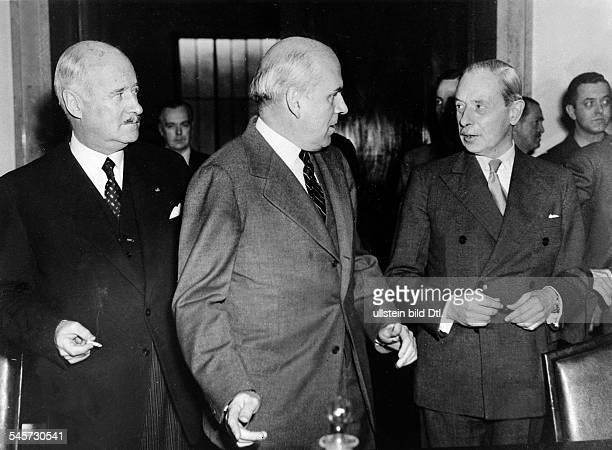 Sitzung des Rates der alliierten HohenKommission in Berlin die drei HohenKommissare vlnr Andre FrancoisPoncet John McCloy und SirIvone Kirkpatrick