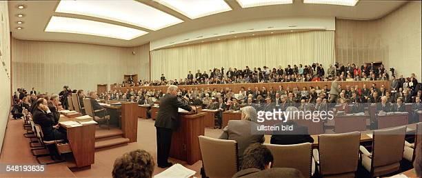 Sitzung im Bundesrat, am Rednerpult Bundesratspräsident Kurt Biedenkopf -