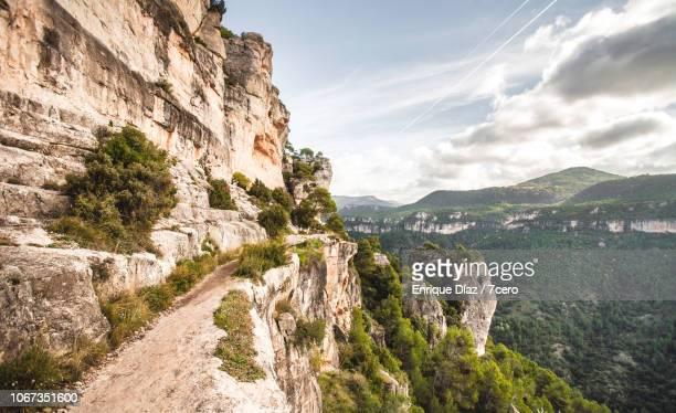 siurana cliff hiking path - scogliera foto e immagini stock
