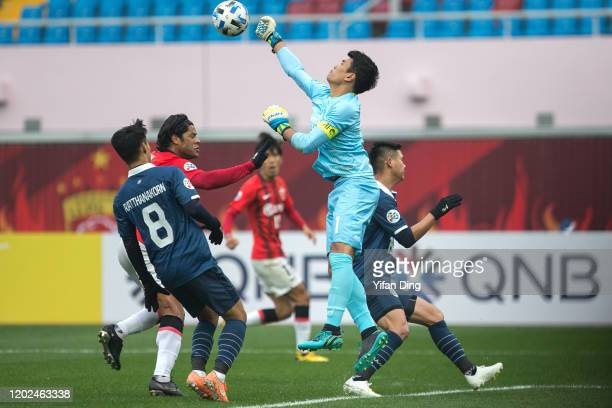 Siwarak Tedsungnoen of Buriram United and Hulk of Shanghai SIPG in action during the AFC Champions League Preliminary Round match between Shanghai...