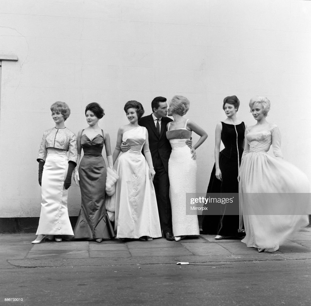 Actresses wearing gowns, 1961 : News Photo