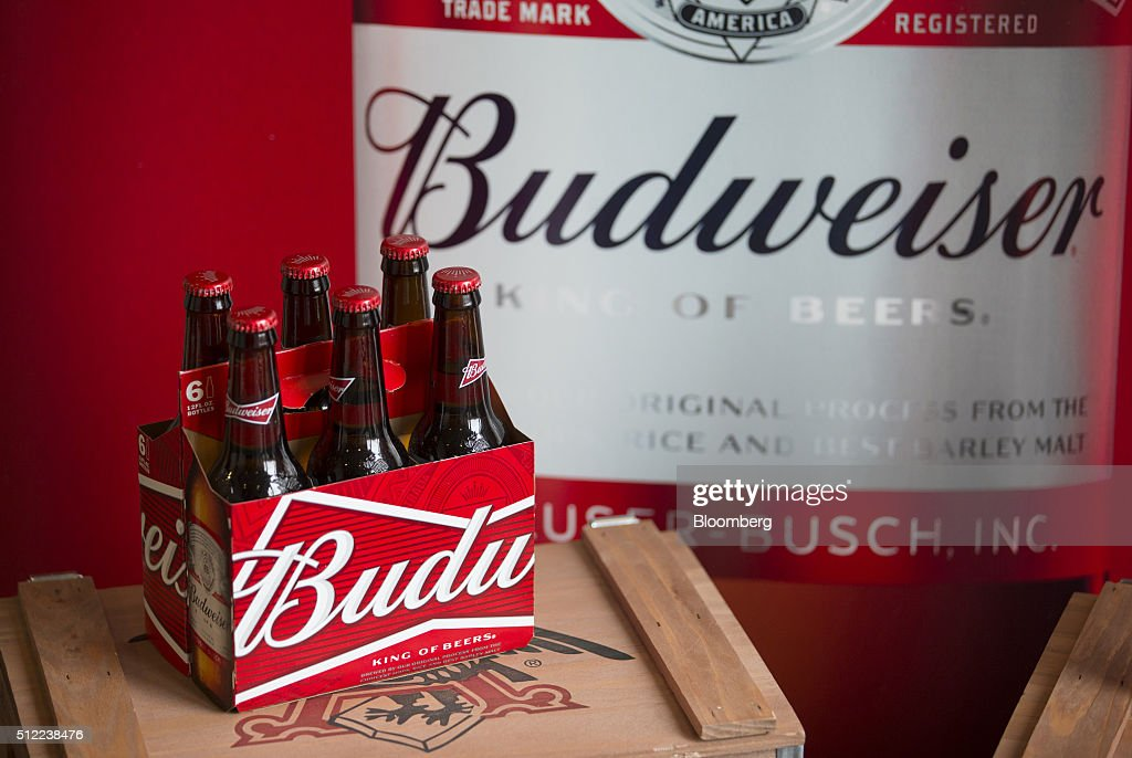 Anheuser-Busch InBev NV Chief Executive Officer Carlos Brito Attends Full Year Results News Conference As Mainstream Beer Demand Dries Up : ニュース写真