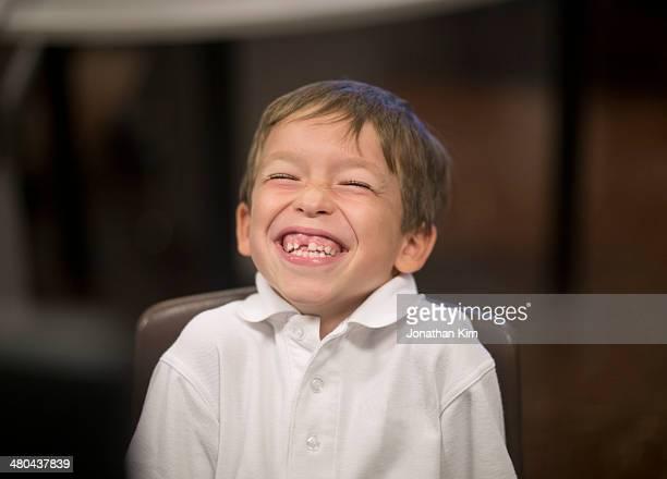 six year old boy with infectious smile - 6 7 anos - fotografias e filmes do acervo